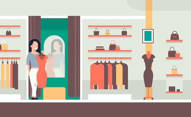 新しいドレスにしようとしているビジネス女性