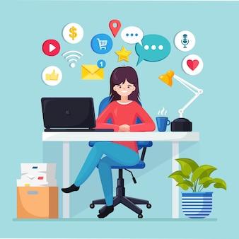 Деловая женщина, работающая за столом с социальной сетью, значок средств массовой информации. менеджер сидит на стуле, болтает. интерьер офиса с ноутбуком, документами, кофе.