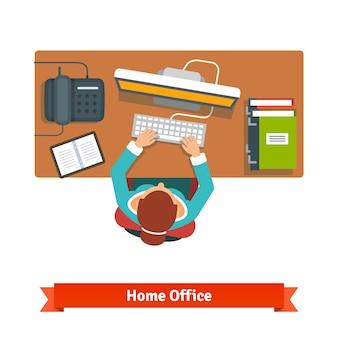 열심히 책상에 앉아 일하는 비즈니스 우먼