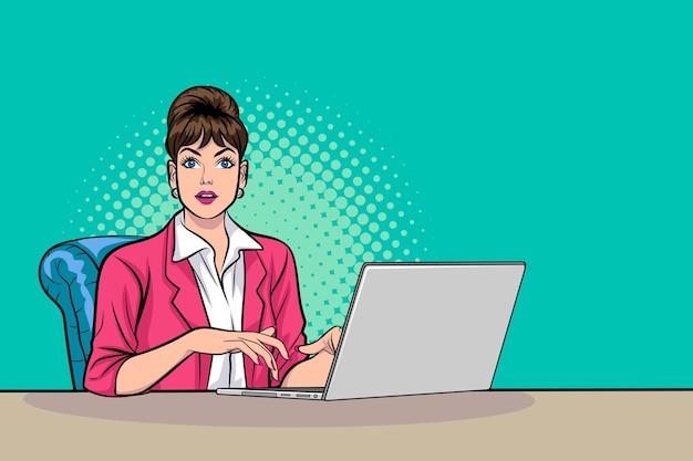 Деловая женщина, работающая на портативном компьютере в стиле поп-арт комиксов.