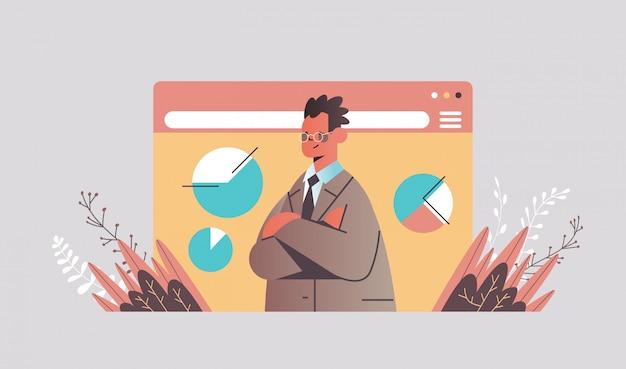 Бизнесмен анализирует графики во время видеозвонка деловой человек делает презентацию
