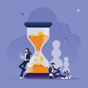 ビジネスマンやビジネスウーマンが大きな砂時計の時間の近くで動作することはお金の概念