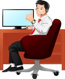 Бизнесмен за рабочим столом показывает палец вверх