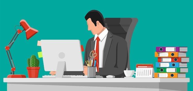仕事でビジネスマン。コンピュータチェア、ランプ、コーヒーカップ、サボテンのドキュメントペーパーを備えたオフィスデスク。カレンダー、文房具、フォルダー。現代のビジネスワークプレイス。ホームワークスペーステーブル。フラットベクトル図