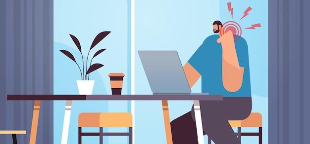 Бизнесмен на рабочем месте страдает от боли в шее, воспаления мышц, концепции болезненной воспаленной области, выделенной красным цветом, офисный интерьер, горизонтальный портрет, векторная иллюстрация