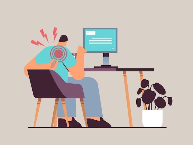 Бизнесмен на рабочем месте страдает от боли в плече. воспаление мышц. концепция болезненной воспаленной области, выделенной красным цветом.
