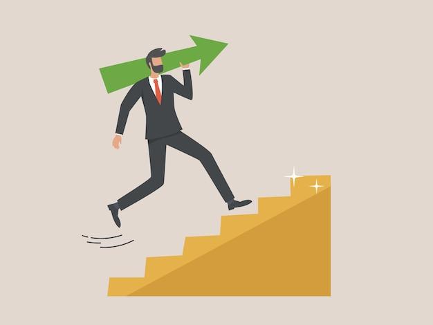 Бизнесмен, несущий большую зеленую стрелку вверх по золотой лестнице. концепция успеха