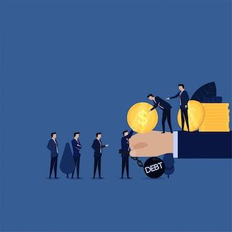 貸付金のために借金の負債によってチェーンされたビジネスマンは破産に注意してください。