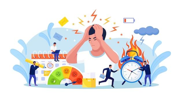 사업가는 공황 상태로 머리를 움켜쥐었다. 직장에서 스트레스를 느끼는 사람들. 지치고, 좌절하고, 스트레스를 받는 작업자, 소진. 마감 시간에 초과 근무하는 직원. 화재 경보, 불타는 시계