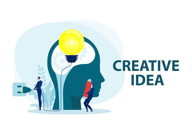 ビジネスマンの創造的なアイデアの概念。人間の頭に電源プラグが付いた電球。