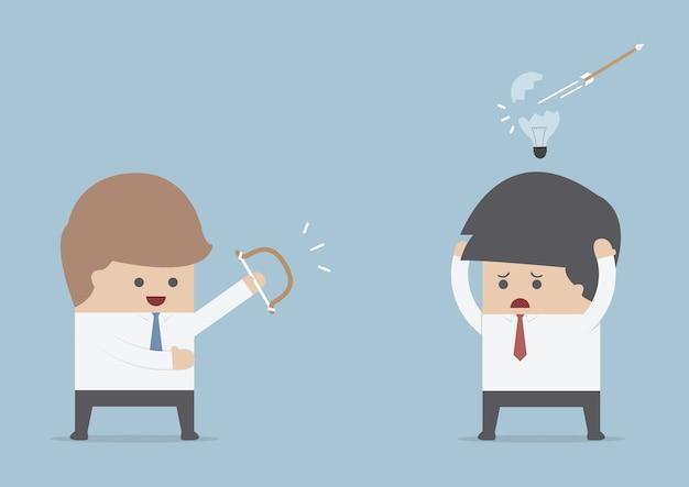 Бизнесмен уничтожает другие идеи луком и стрелой