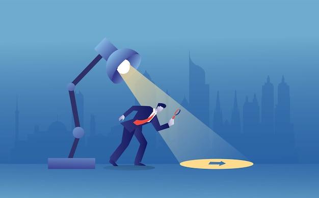 Бизнесмен найти ключ к разгадке при свете лампы