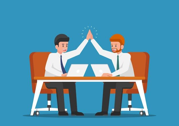 서로에게 하이파이브를 주는 사업가입니다. 비즈니스 팀워크 개념