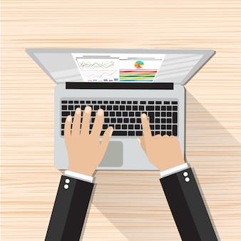 Бизнесмен руки работает ноутбук.