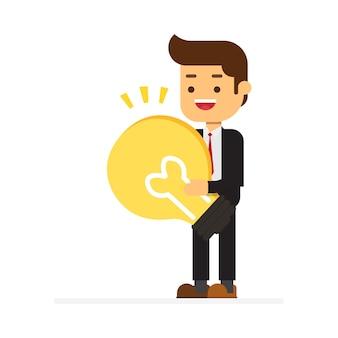 Бизнесмен тяжело таскает гигантскую лампочку отличную идею