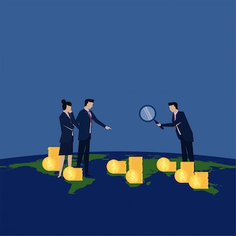 Бизнесмен держать увеличить для анализа прибыли от всего мира метафора анализа и развития.