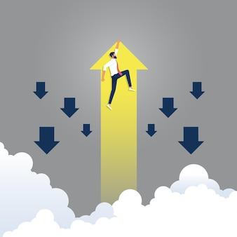 Бизнесмен удерживает восходящую желтую стрелку, идет не так, как группа синих, концепция финансов