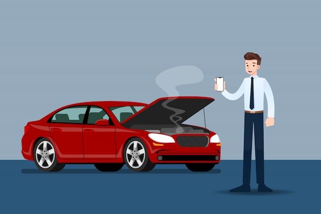 Бизнесмен, держа мобильный телефон и вызов для страхования, когда его автомобиль был сломан.