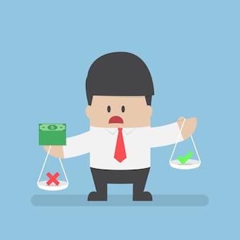 Бизнесмен держит весы с деньгами на руках