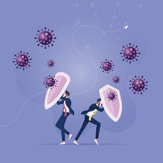 Бизнесмен, держащий щиты и одетый для защиты от патогенов вируса covid
