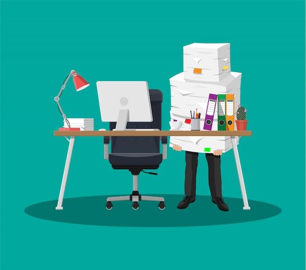 オフィス書類の山のビジネスマン