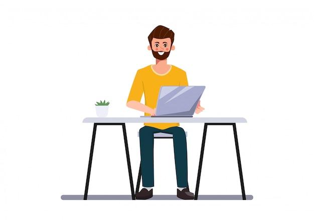 Бизнесмен разработчик программист работает с ноутбуком.
