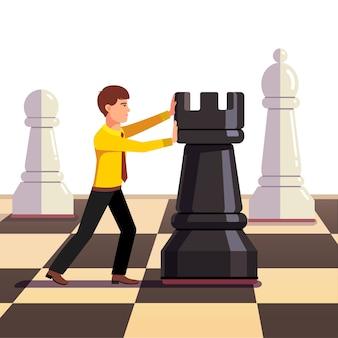 Бизнесмен делает движение на бизнес-шахматной доске