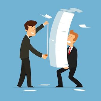 ビジネスマンは、紙の仕事の量を測定します。