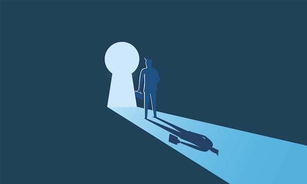 鍵穴のドアを見上げて立っているビジネスマン。
