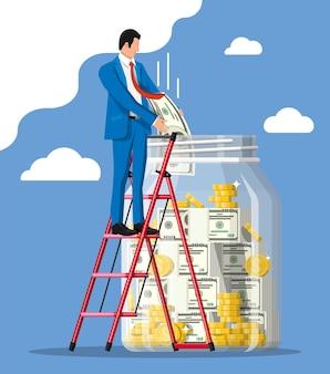 Бизнесмен, кладя банкноту золотой доллар в копилку. стеклянная банка для денег, полная денег. рост, доход, сбережения, инвестиции. символ богатства. успех в бизнесе. плоский стиль векторные иллюстрации.