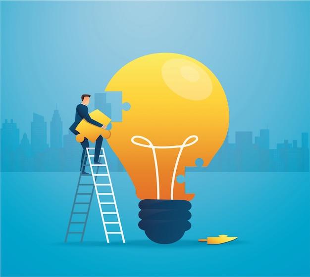 Бизнесмен положить головоломку lightblub вместе.