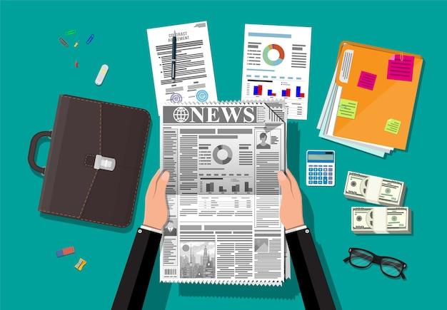 매일 신문을 읽는 사업가.