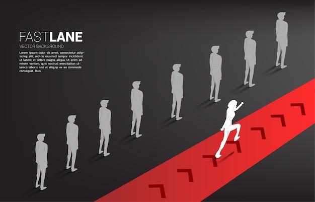 Бизнесмен, бегущий по быстрой полосе, движется быстрее, чем группа в очереди. бизнес-концепция скоростной полосы движения и разрушения.
