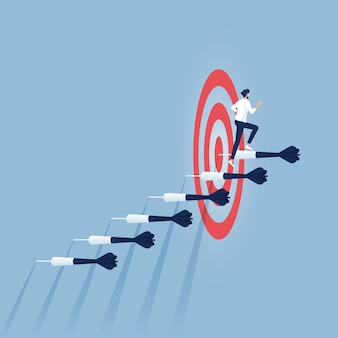 Бизнесмен несется по лестнице дартс к цели и успеху