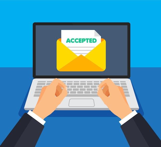 ビジネスマンは、電子メールで正のフィードバックまたは回答を送信または受信します。画面上の封筒とドキュメント。新しいメールの取得または送信。