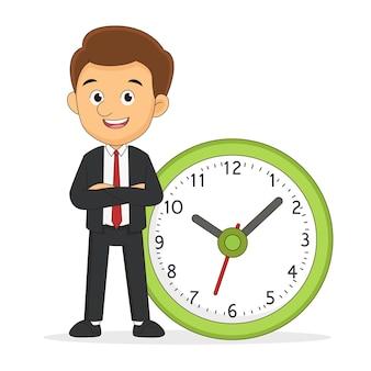 ビジネスマンは時間管理の大時計に傾いて立っています