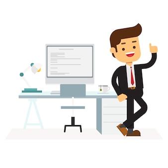 Бизнесмен стоит возле стола на рабочем месте офиса