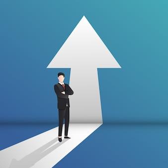 ビジネスとキャリアパスで成功するための上向きの概念を指す矢印の前に立っているビジネスマン