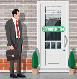 閉じたドアの前に立っているビジネスマン。ソリューション、勝利、未来、ビジネスの成功のコンセプト。大きなチャンスの扉を開く。達成と目標。フラットベクトル図