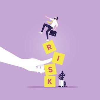 Бизнесмен, стоящий на шатких блоках риска рукой врага, стабильность или баланс экономики и инвестиций