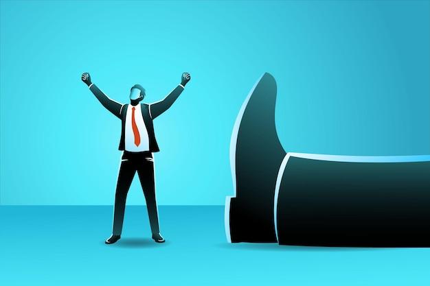Бизнесмен стоит с поднятыми руками возле лежащей рядом с ним гигантской ноги