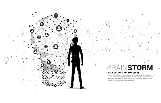 와이어 프레임 다각형 라인에서 전구와 서 사업가 사람들 아이콘으로 기하학적 점을 연결합니다. 사업 아이디어와 브레인 스토밍의 그림입니다.