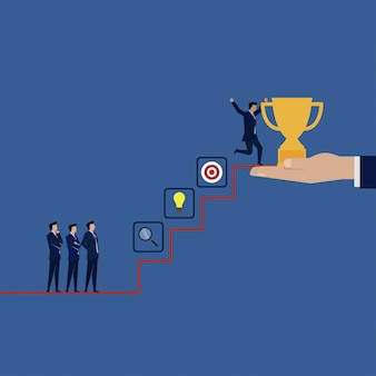 ビジネスマンの成功は階段の上にトロフィーを取得します。