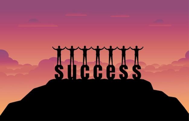 ビジネスマンチームは、日没の背景と成功のテキストに立っています。成功のコンセプト。財務におけるビジネスとターゲット
