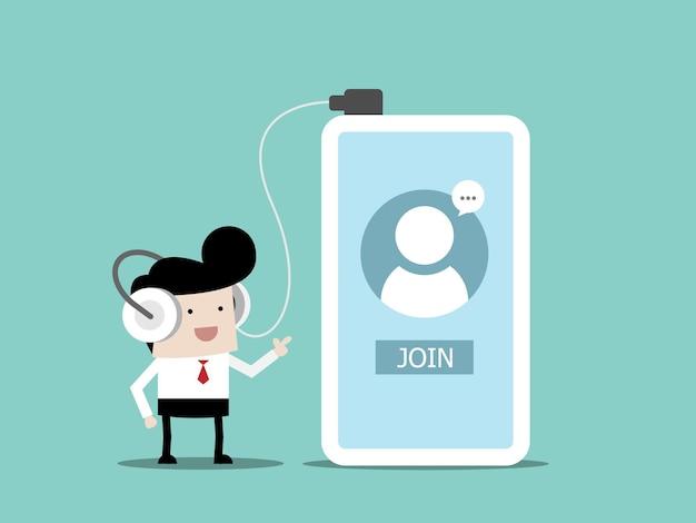 헤드폰을 사용하는 사업가 듣기 또는 온라인 회의를위한 채팅방에 참여