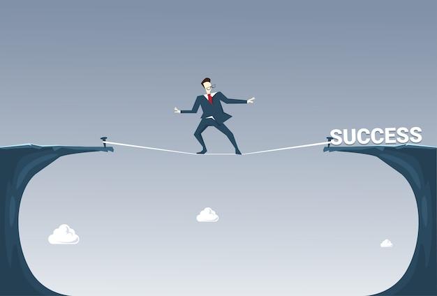 ビジネスマン、成功の崖ギャップの山を歩く