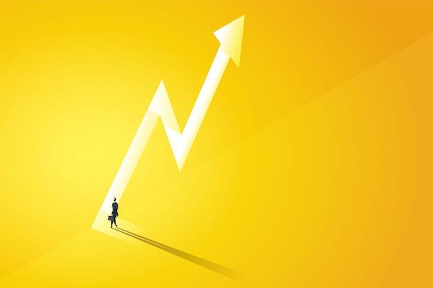 걷는 사업가는 빛이 떨어지는 그림 벡터에서 구멍 그래프의 어두운 노란색 벽에 있는 밝고 큰 빛나는 문 앞으로 이동합니다.