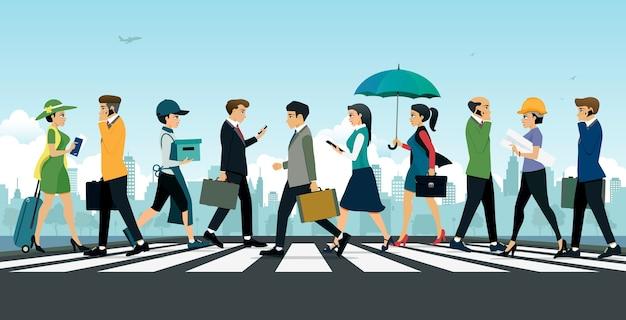 Бизнесмен, идущий по пешеходному переходу на фоне города.