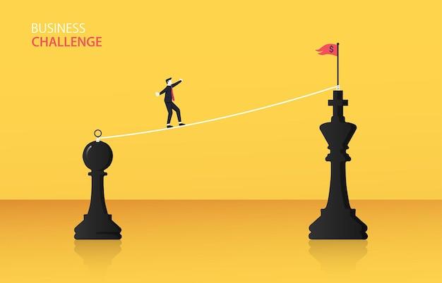 チェスの駒からキングチェスのコンセプトへのロープウォークウェイを歩くビジネスマン