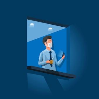 Бизнесмен носить маску, стоя в окне, держа смартфон и чашку кофе.